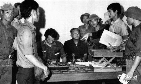 Chuyện chưa kể về bức ảnh Dương Văn Minh đọc tuyên bố đầu hàng - ảnh 1