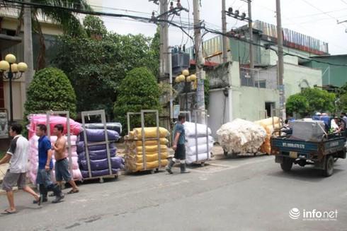 Cháy xưởng nhuộm vải ở TP.HCM, công nhân nháo nhào chuyển hàng hóa - ảnh 2