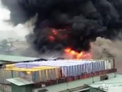 Cháy xưởng nhuộm vải ở TP.HCM, công nhân nháo nhào chuyển hàng hóa - ảnh 1