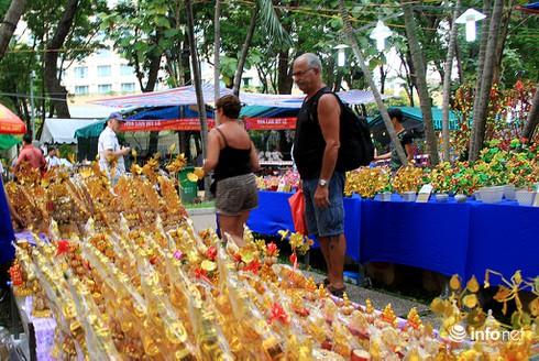 Du khách nước ngoài ngẩn ngơ trước rừng hoa bán Tết ở TP.HCM - ảnh 2