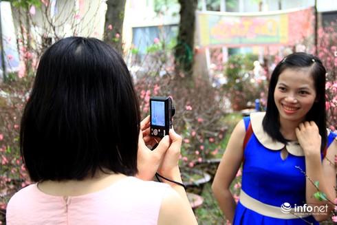 Du khách nước ngoài ngẩn ngơ trước rừng hoa bán Tết ở TP.HCM - ảnh 10
