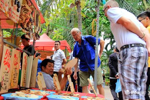 Du khách nước ngoài ngẩn ngơ trước rừng hoa bán Tết ở TP.HCM - ảnh 12