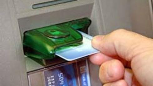 Nhóm người nước ngoài dùng thẻ ATM giả rút trộm tiền - ảnh 1