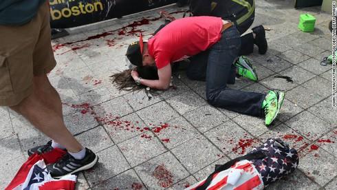 Khủng bố kinh hoàng tại Boston, 3 người chết, 141 người bị thương - ảnh 4