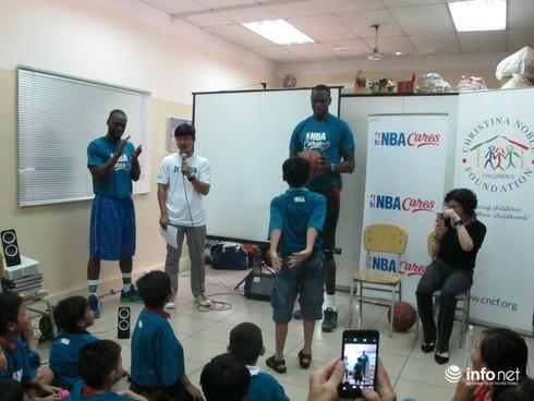 Ngôi sao bóng rổ NBA truyền lửa cho trẻ em đường phố - ảnh 1