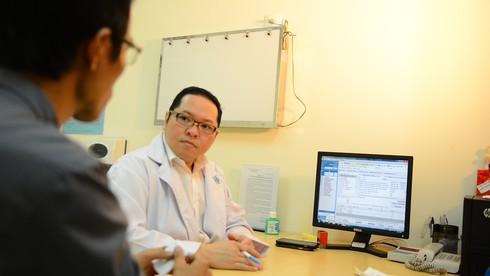 Tinh hoàn nằm trong ổ bụng phát triển thành khối u 10cm - ảnh 1