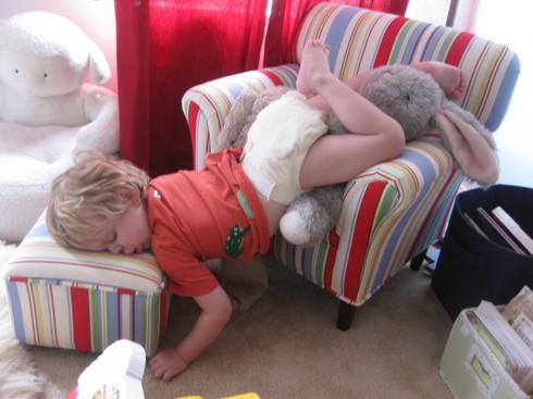 Cười ngặt nghẽo với các tư thế ngủ chỉ có ở trẻ em - ảnh 2
