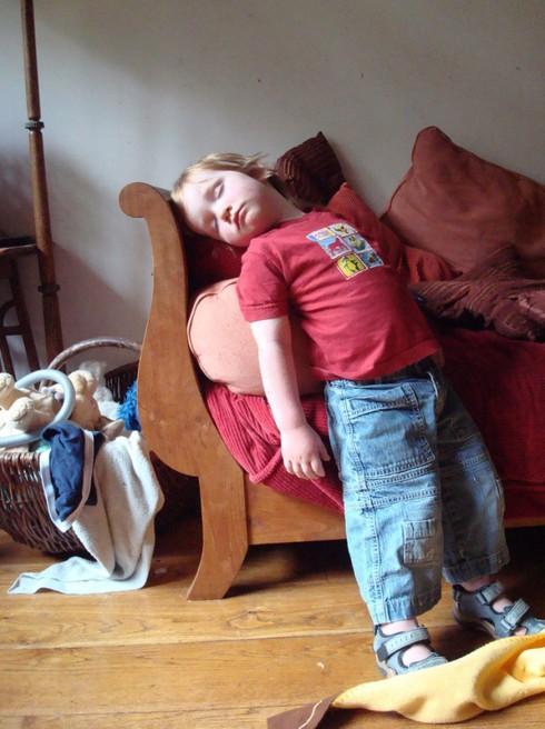 Cười ngặt nghẽo với các tư thế ngủ chỉ có ở trẻ em - ảnh 11