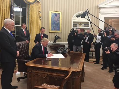 Tin thế giới cuối ngày: 48 giờ đầu tiên của Donald Trump - ảnh 3