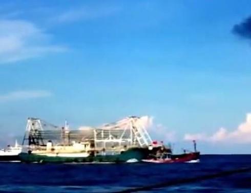 Chấn động: Clip quay cảnh tàu TQ tàn bạo, đâm chìm tàu cá Việt Nam - ảnh 6