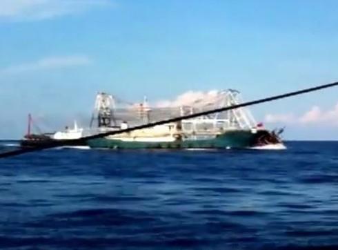 Chấn động: Clip quay cảnh tàu TQ tàn bạo, đâm chìm tàu cá Việt Nam - ảnh 9