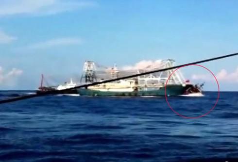 Chấn động: Clip quay cảnh tàu TQ tàn bạo, đâm chìm tàu cá Việt Nam - ảnh 1