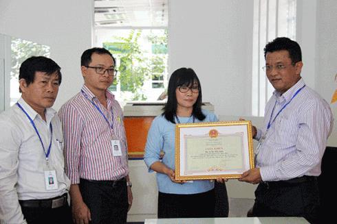 Nữ nhân viên Điện lực Đà Nẵng trả lại 1 tỉ đồng cho khách Hà Nội đánh rơi - ảnh 1
