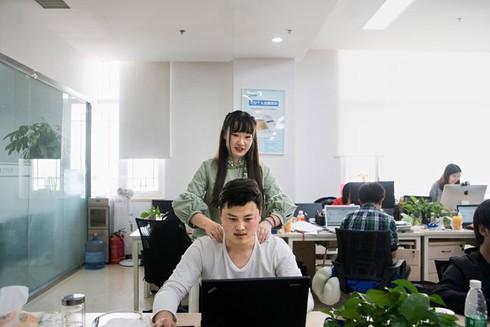 Startup Trung Quốc: chỉ tuyển gái xinh, cao trên 1m57 mát-xa cho lập trình viên nam, lương 1.000 USD - ảnh 1