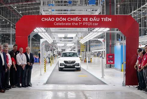 VinFast hoàn thành sản xuất ô tô đầu tiên, Lux SA 2.0 đã lăn bánh thử nghiệm tại Việt Nam - ảnh 1