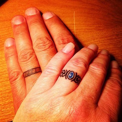 Những hình xăm ngón tay thay nhẫn cưới độc đáo - ảnh 12