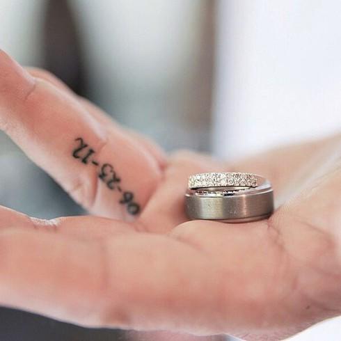 Những hình xăm ngón tay thay nhẫn cưới độc đáo - ảnh 1