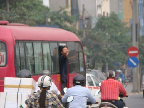 Xe khách lòng vòng, giao thông càng hỗn loạn