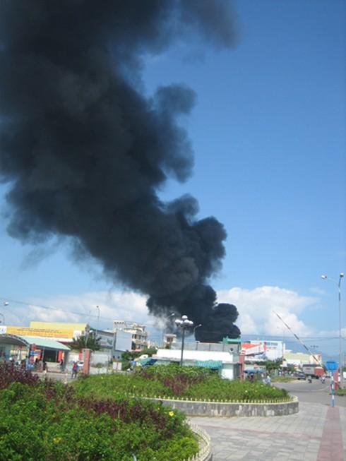 Đà Nẵng: Hoả hoạn thiêu rụi cơ sở sản xuất vỏ cơm hộp