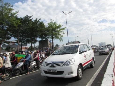 Cấm taxi giờ cao điểm: Người dân và DN chưa hài lòng