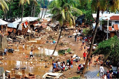 Philippines: Đào hố chôn tập thể các nạn nhân lũ lụt
