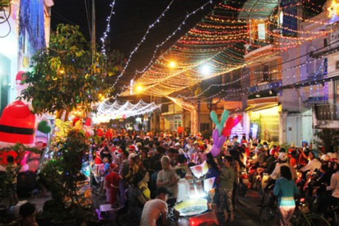 TP.HCM: Rộn ràng không khí đêm Noel