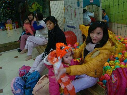 Trẻ mầm non đến trường trong giá rét