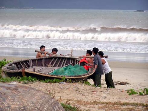 Miền Trung: 4 tàu cá gặp sự cố trên biển do bão