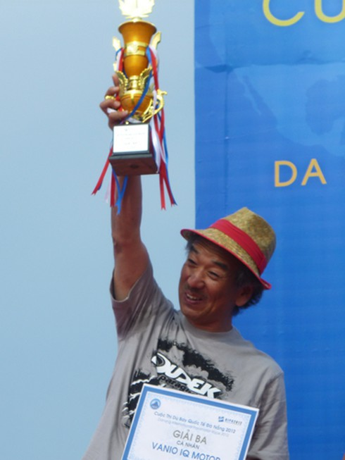 Mathieu Rouanet (Pháp) chiến thắng cuộc thi dù bay quốc tế 2012