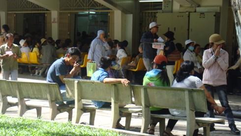 Khói thuốc `tấn công` Bệnh viện Ung bướu TP.HCM