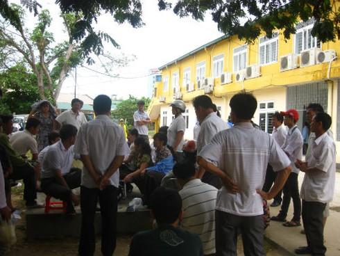 Y tá làm bệnh nhân ngã chết, hàng chục người vây bệnh viện