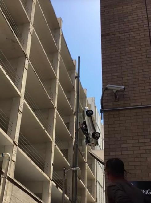 Suýt gặp tử thần vì ô tô mất lái lao ra ngoài từ tầng 9 - ảnh 1