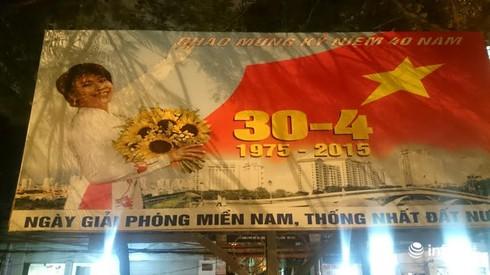 Hà Nội chào mừng ngày 30/4 bằng pano...