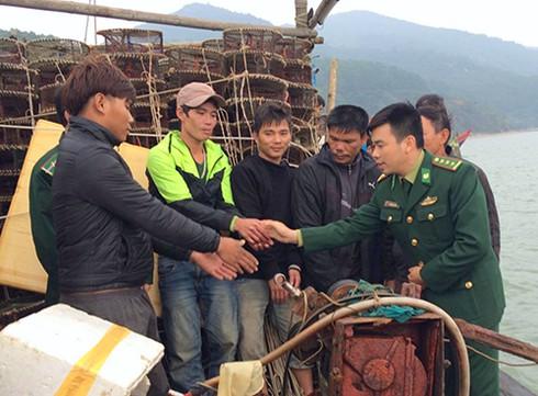 Cứu sống 5 ngư dân Thanh Hóa gặp nạn trên biển Hà Tĩnh - ảnh 1