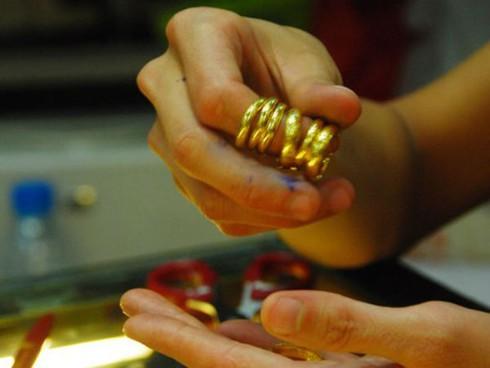 Giá vàng hôm nay 15/4 rớt giá nhanh, USD tăng 20 đồng - ảnh 1