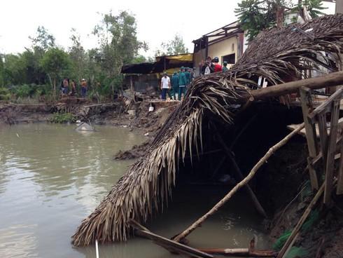TP.HCM: Sạt lở khiến 3 căn nhà sụp xuống kênh - ảnh 1