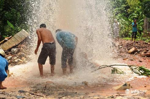 Dân hiếu kỳ đổ xô xem giếng nước tự phun trào cao 20 mét ở Vũng Tàu - ảnh 2
