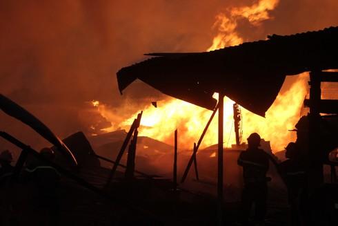Hơn 100 chiến sĩ dập biển lửa bao trùm xưởng gỗ 1.000 m2 - ảnh 1