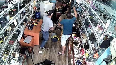Một người dân bị côn đồ đánh dã man, lên facebook cầu cứu - ảnh 1