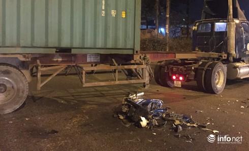 Xe máy nát vụn khi tông vào container, 2 thanh niên tử vong - ảnh 1