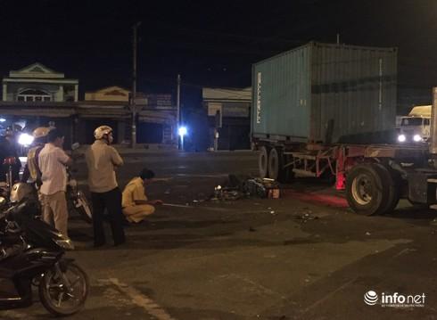 Xe máy nát vụn khi tông vào container, 2 thanh niên tử vong - ảnh 2