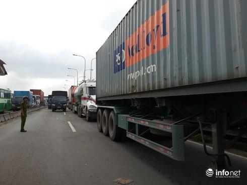 Xe BMW nát đầu, Container rụng bánh trên cầu Sài Gòn - ảnh 4