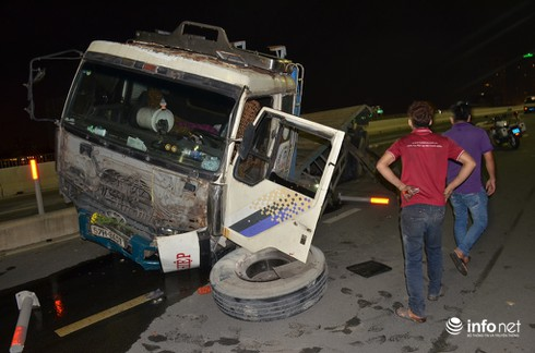 Xe BMW nát đầu, Container rụng bánh trên cầu Sài Gòn - ảnh 1