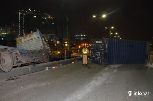 Xe BMW nát đầu, Container rụng bánh trên cầu Sài Gòn - ảnh 2