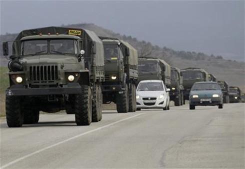 Hàng chục xe quân đội Nga vẫn ầm ầm tiến vào Crimea - ảnh 1