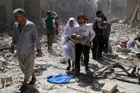 Bom dội liên tiếp xuống Aleppo, hàng trăm dân thường thiệt mạng - ảnh 1