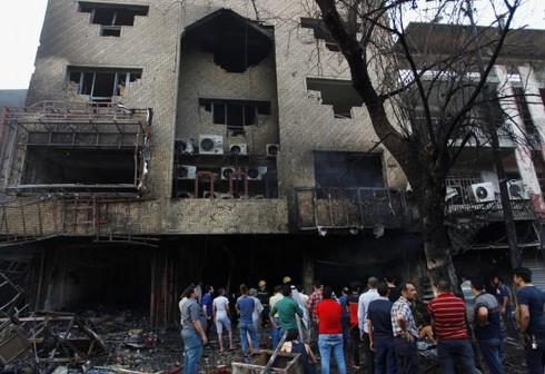 Đánh bom đẫm máu ở Baghdad, người dân tức giận ném đá vào Thủ tướng - ảnh 8