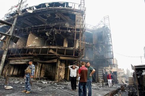 Đánh bom đẫm máu ở Baghdad, người dân tức giận ném đá vào Thủ tướng - ảnh 9