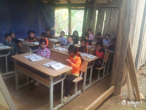 Cao Bằng: Xót xa cảnh học sinh đi bộ 10km tới điểm trường xập xệ - ảnh 4