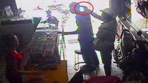 TP.HCM: Dùng súng uy hiếp cướp Iphone 5 - ảnh 1